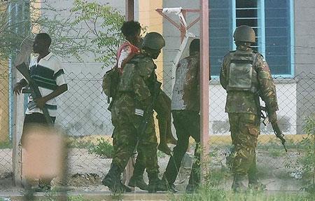 Kenya: attaque des shebab contre l'Université de Garissa, au moins 147 morts.