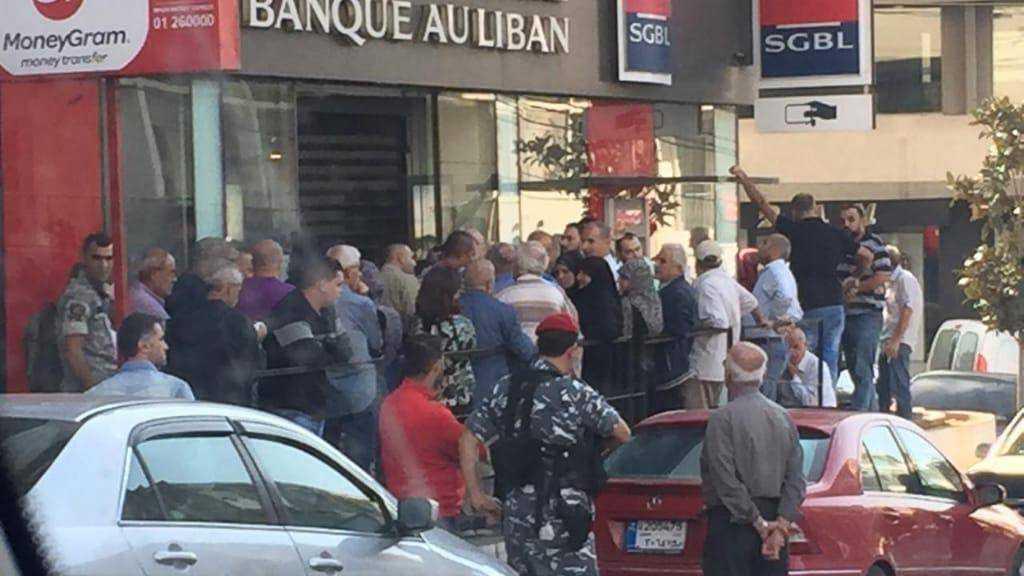 Liban: les banques rouvrent, apaisement relatif de la contestation